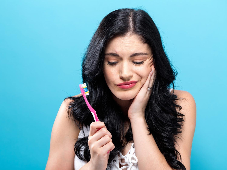 Zahnschmerzen machen selbst das Zähneputzen zur Qual