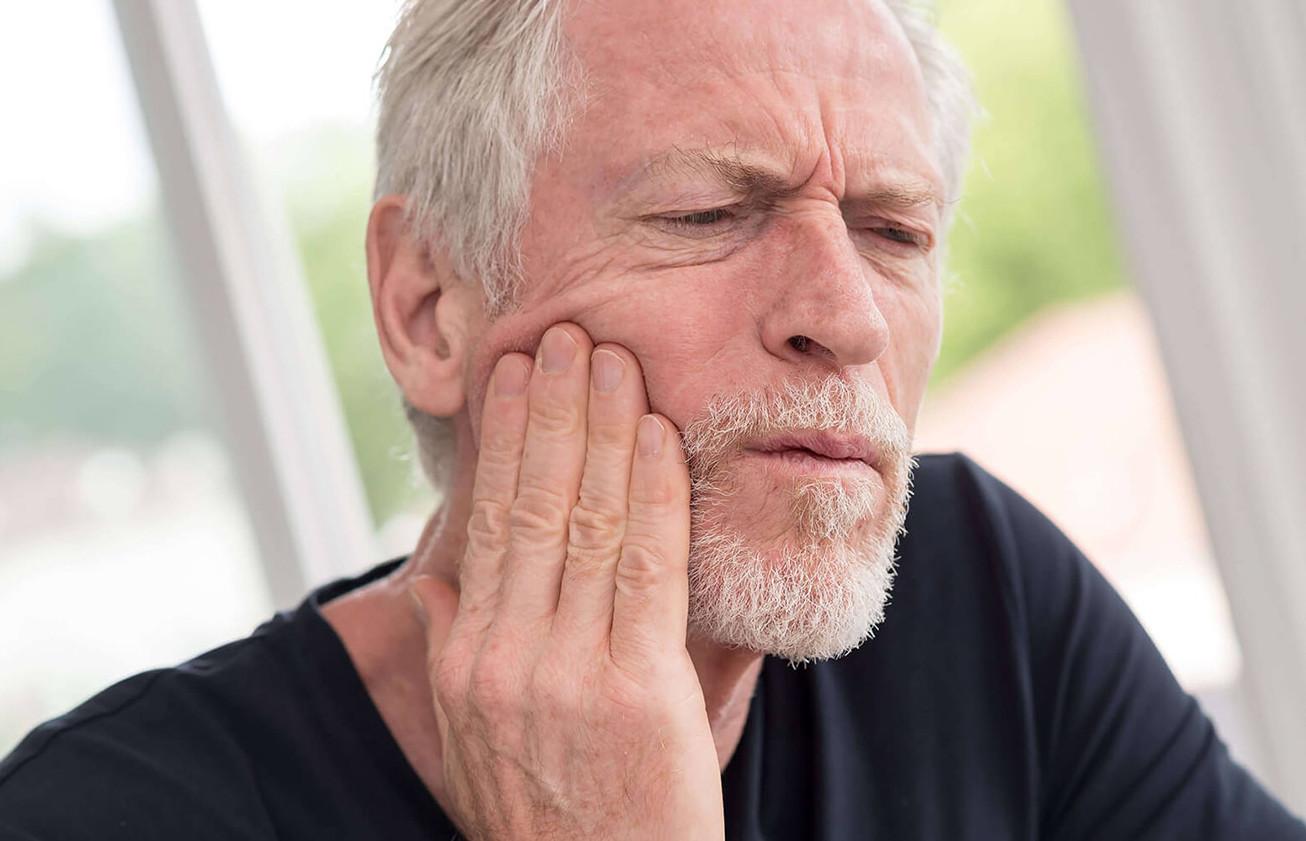 Häufig kommen Zahnschmerzen aus dem Zahninneren, so dass der betroffene Zahn endodontisch behandelt werden muss.