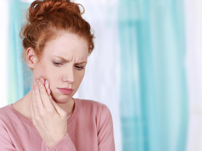 Karies, Parodontitis oder Entzündungen im Zahninneren können schlimme Zahnschmerzen auslösen