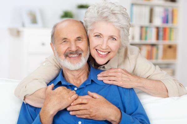 So können Sie wieder lachen, nach einer stressfreien und entspannten Behandlung beim Zahnarzt.