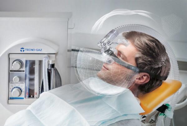 Eine gute Lösung für Angstpatienten und kleinere Eingriffe: Die schmerzfreie Behandlung mit Lachgas über eine Nasenmaske.