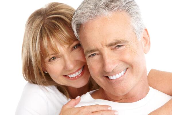 Strahlend weiße Zähne nach einer Bleaching-Behandlung