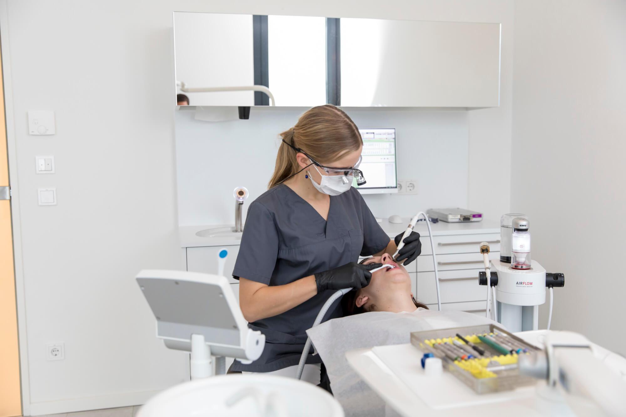 Mundgeruch entsteht hauptsächlich in der Mundhöhle und kann durch gute Zahn- und Zungenhygiene reduziert werden
