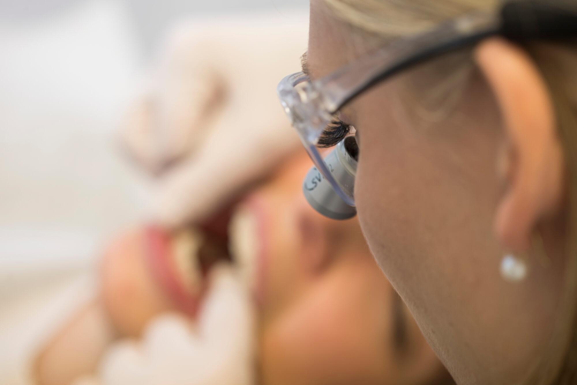 Weiße Ästhetik bedeutet gesunde, glänzende Zähne